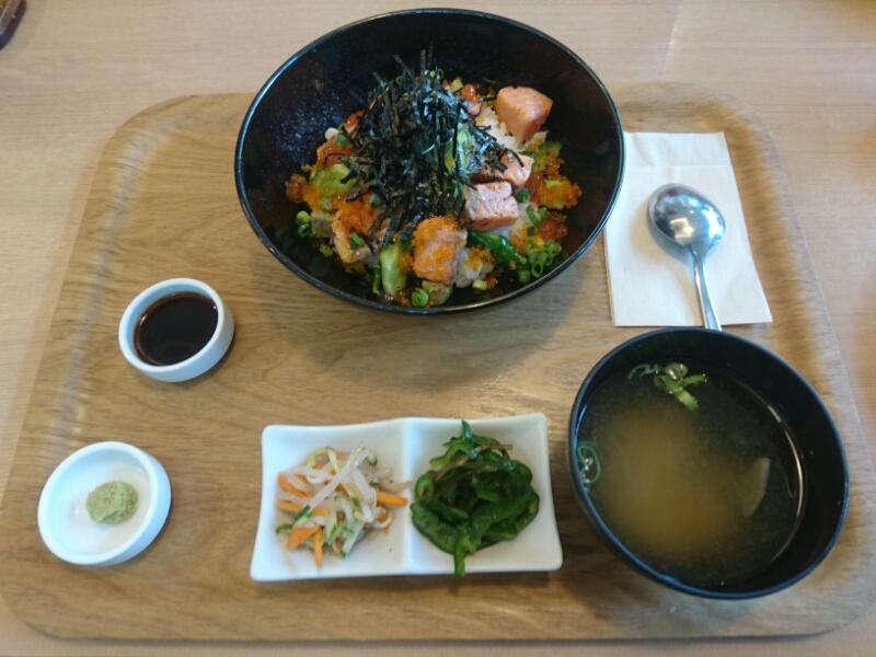 炙りサーモンとイクラのアボカド丼