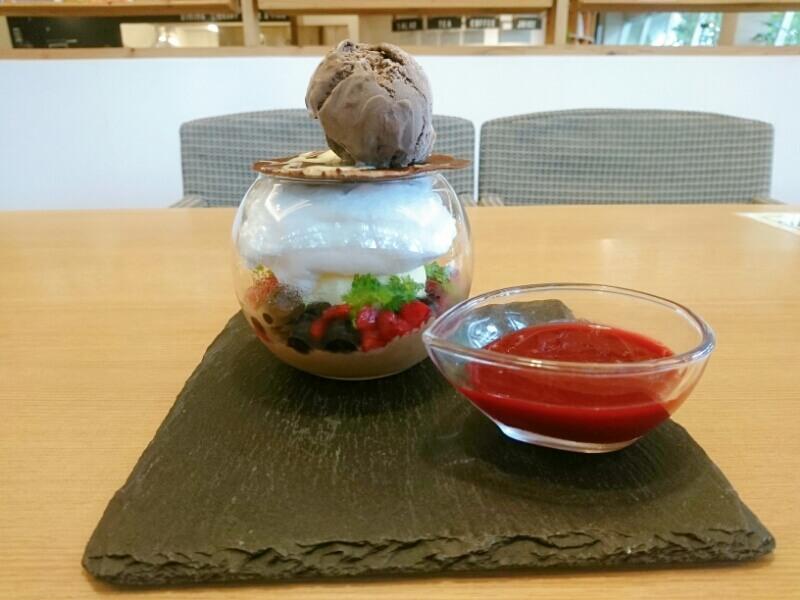 チョコレートと赤い果実のグラスパフェ