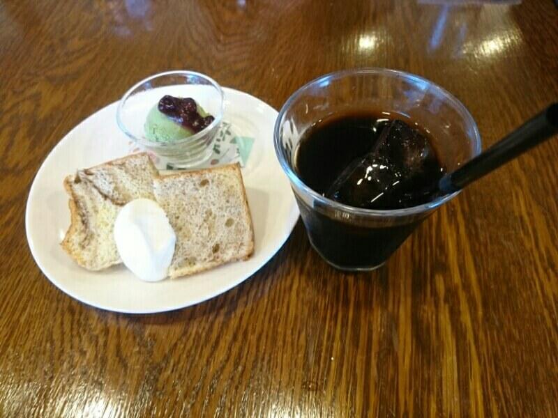 かふぇ&いざかや g(ぐらむ)のデザート シフォンケーキの生クリーム添え 抹茶アイス あずき