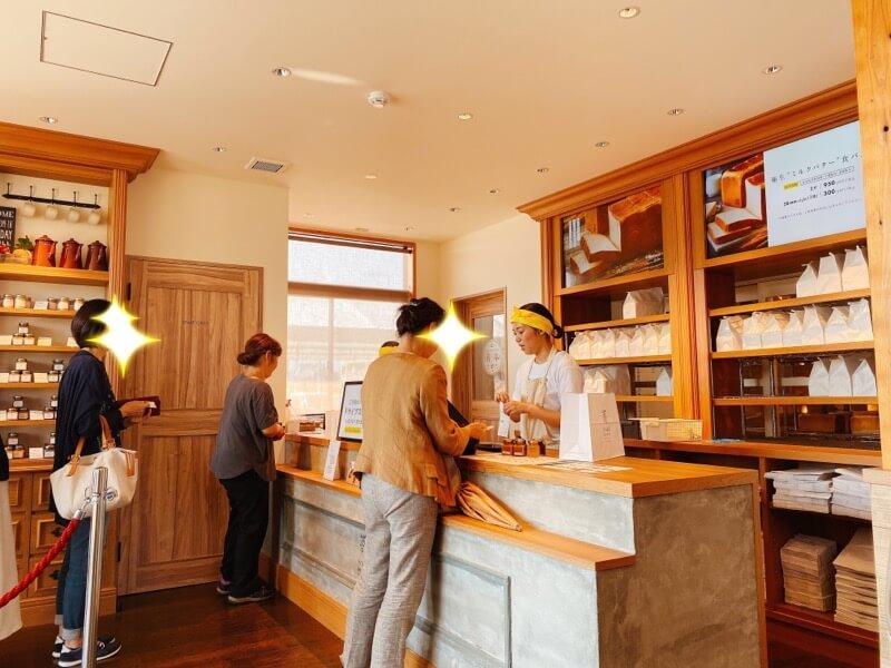 高級食パン専門店嵜本(さきもと)の店内