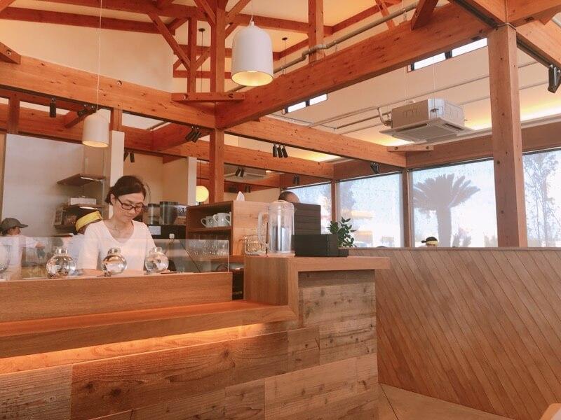嵜本ベーカリーカフェの店内