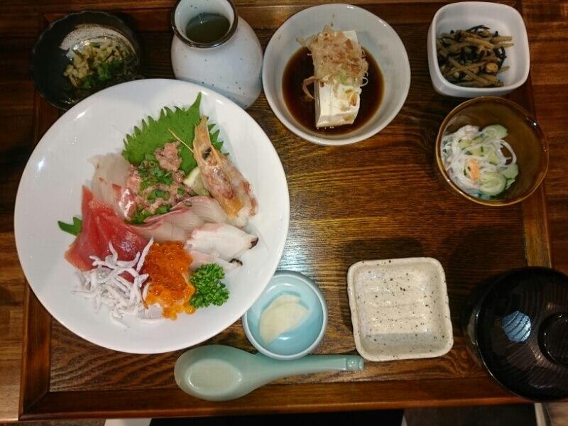 1日限定10食!贅沢海鮮丼(〆のだし汁付)