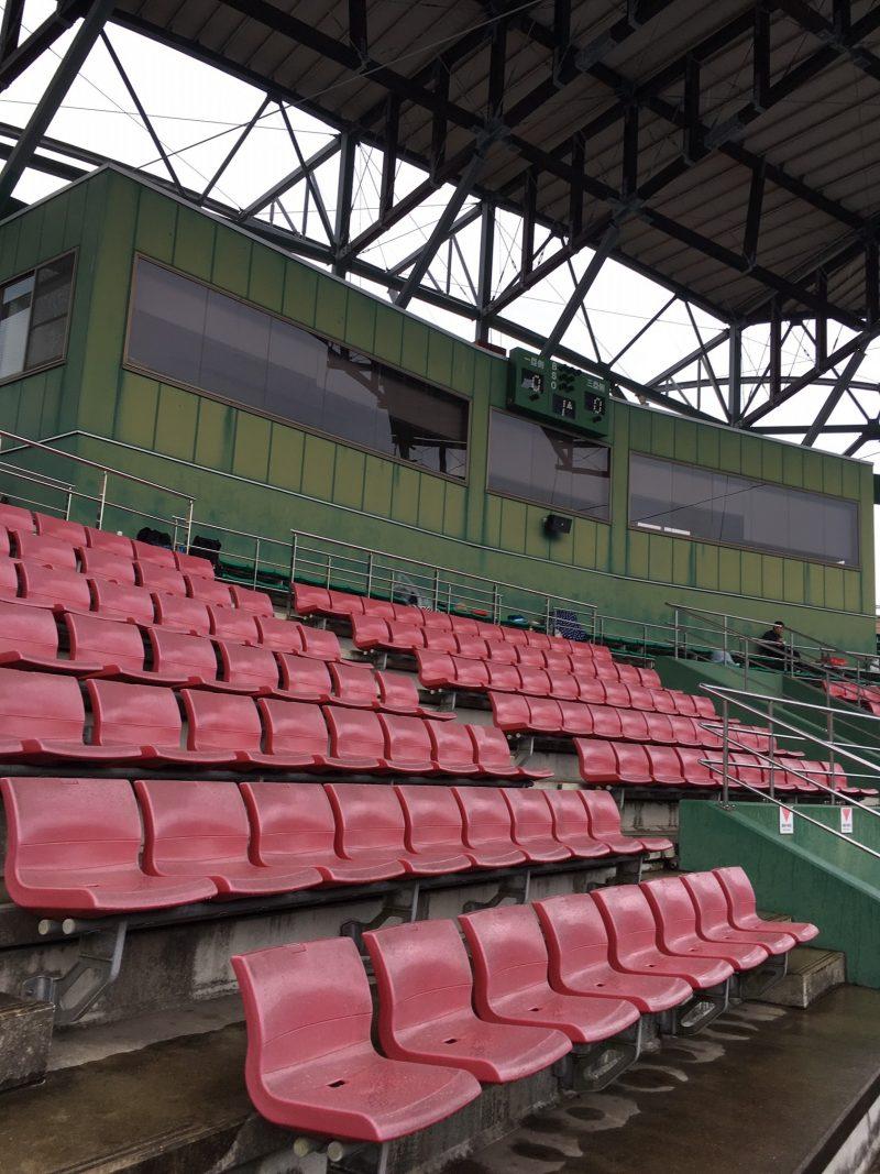 雨の日の天福球場の観客席