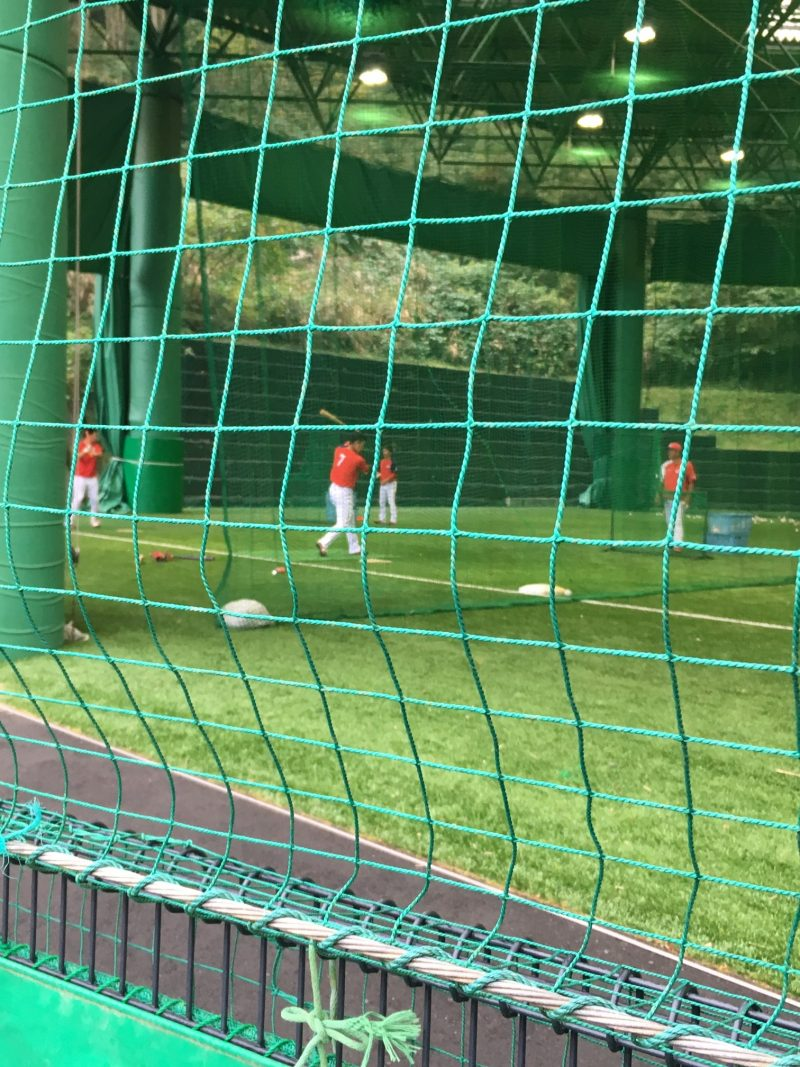 天福球場の室内練習場で野手練習