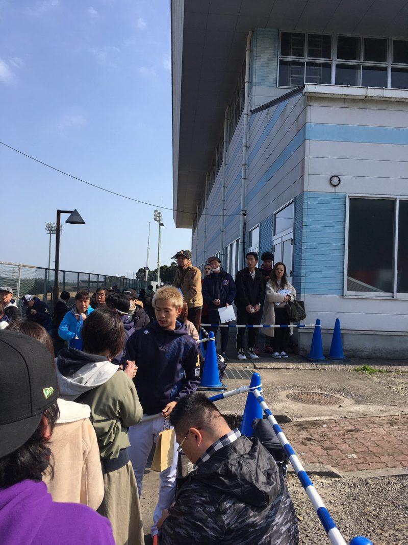 オリックスバファローズ宮崎キャンプ サイン 山岡泰輔投手