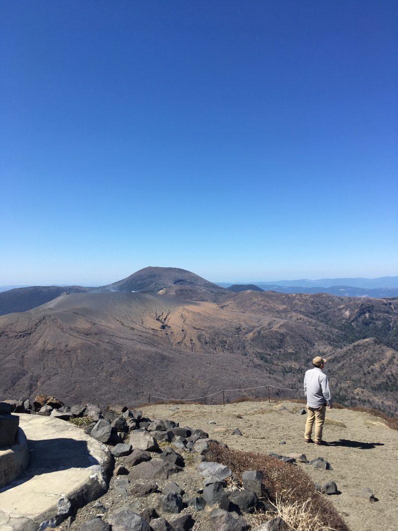 高千穂峰山頂から新燃岳